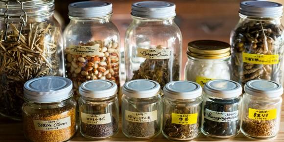 瓶に入ったさまざまな種類の種