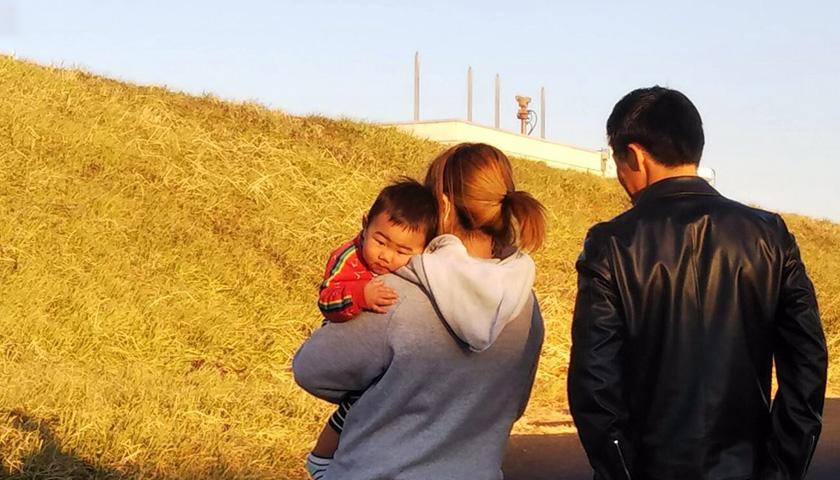 子どもを抱える母親と父親