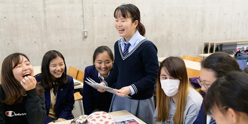 教室で話し合う生徒たち