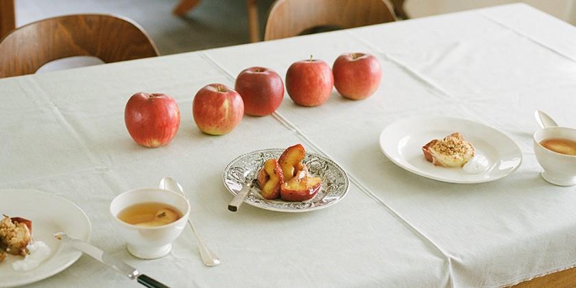 テーブルに並ぶ5つのりんご、りんごロースト、ロシアンティー風アールグレイ煮りんご、煮りんご入り紅茶