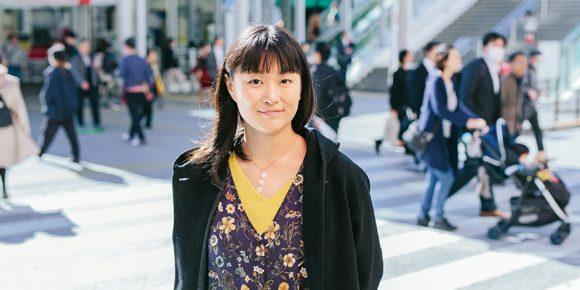 街中に立つ安田菜津紀さん