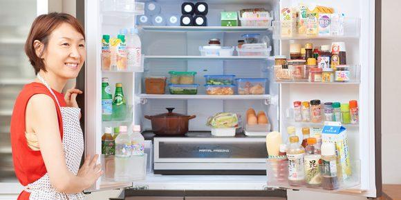 冷蔵庫の前に立つ島本さん